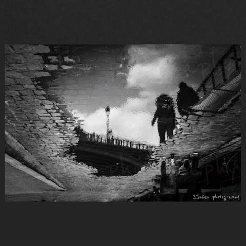 photographie de rue noir et blanc réflection flaque d'eau