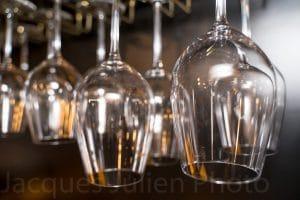 verres à vin dans un bar photo