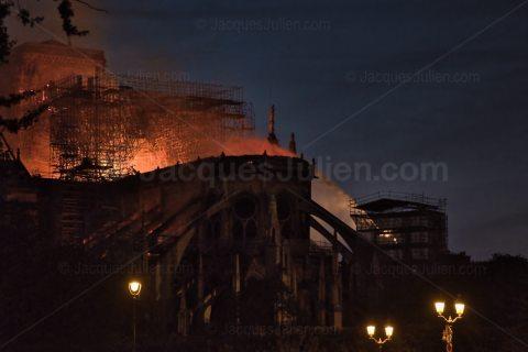 cathédrale en feu Paris France